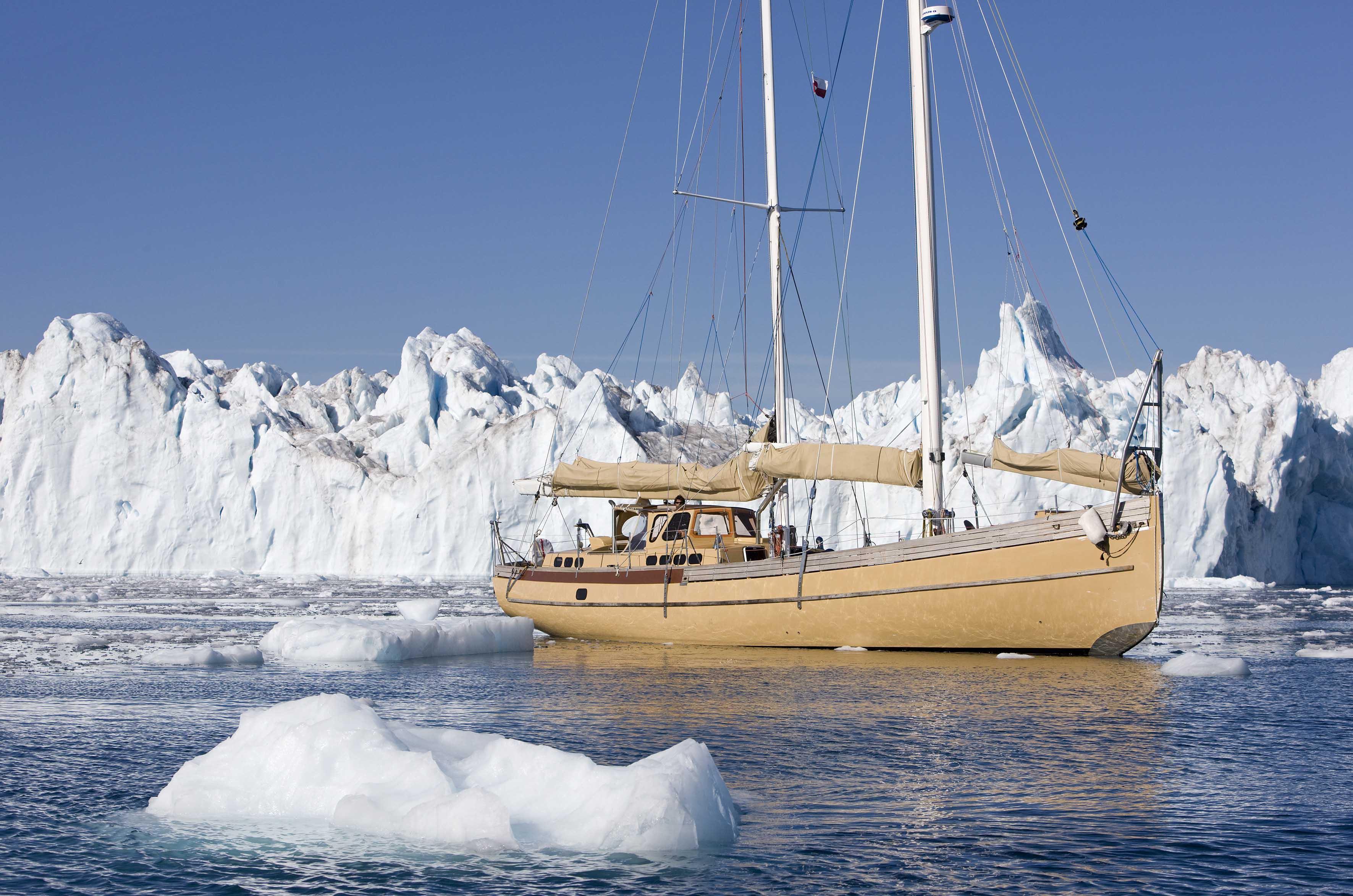 """11_25668 ©ThMartinez/Sea&Co. ILULISSAT - GREENLAND, 31 Juillet 2011. """"LA LOUISE"""" dans le glacier d'Ilulissat - Groenland. (69°12 N - 51°08 W). """"LA LOUISE"""" in Icefjord of Ilulissat."""